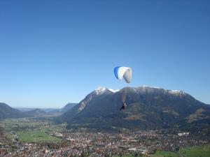 Paraglide über Garmisch mit Blick zum Starnberger See